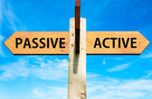 Dřevěná cedule s dvěma protějším šipkami na jasně modré obloze, pasivní a aktivní zprávy, životní styl změnit rámcové obrázek