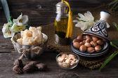 Arganöl und Früchte mit Shea-Butter und Nüssen
