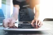 Webové stránky designér pracuje digitální tabletu a přenosný počítač a