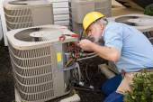Opravář funguje na byt klimatizační jednotky