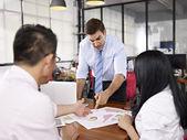 Multinationale Firmen diskutieren Geschäftsgang im Büro