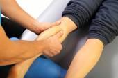 Massaggiatore massaggiato suo polpaccio