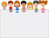šťastný usmívající se skupina dětí, zobrazeno prázdné cedulky desky
