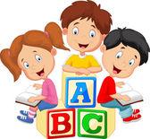 Kreslené děti čtení knihy a sedí na abecedu bloky