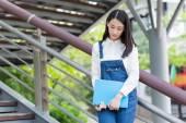 Dívka čtoucí venku
