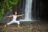 žena přemýšlí jógu mezi vodopády