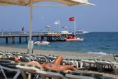 Napágyak és napernyők beach Resort, lány infrakabin nyugágyon