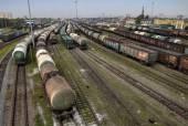 Olejová nádrž a vlaky po železniční tratě, seřaďovací nádraží, Rusia