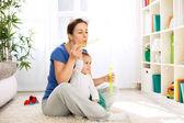 Mutter und Kind bläst Seifenblasen