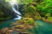 Ohromující krajina v hlubokém lese s úžasný vodopád, Rumunsko