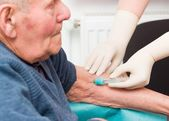 Uomo anziano sul trattamento dellanticoagulante