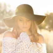 Mladá dáma model v poli - zblízka venku záběr