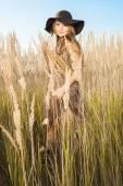 Krásná mladá model v tallgrass