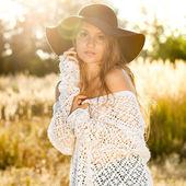 Krásná mladá dáma model v poli - venku střílel
