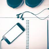 Běžecké boty, notebook a telefon vintage styl