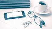 šálek kávy s telefon, klíče, brýle a zásobníku kniha vinobraní s
