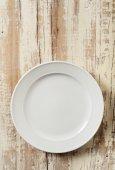 Bílé nádobí na dřeva