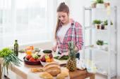 Frau Vorbereitung Abendessen in einer Küche Konzept Kochen, Kulinarisches, gesunde Lebensweise