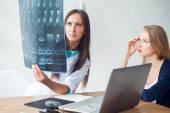 Lékař a pacient při pohledu na x-ray