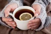 Tè al limone in una giornata fredda