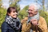 Starší muž utrácet čas venku