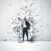 Fiatal üzletember törés vályú a fal