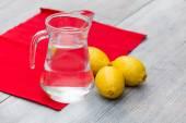Limonade in den Krug auf den Tisch