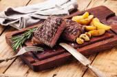 Közepes ritka grillezett marha steak Ribeye sült burgonya szeletelve