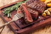 Plátky středně vzácná Grilovaný hovězí steak Ribeye s pečenými brambory