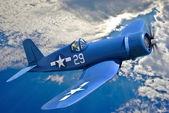 Amerikanische trägergestütztes Jagdflugzeug ist gegen den blauen Himmel fliegen.