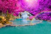 Vodopád v hlubokém lese v národním parku erawan vodopád