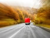 Due camion in movimento mosso sullautostrada