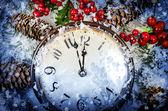 Vigilia di Natale e Capodanno a mezzanotte. Orologio ricoperta di neve