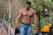 Svalnatý muž a motocyklů