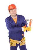 Pracovník v ochranné přilbě držící kladiva