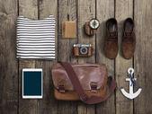 Hipster oblečení a doplňky na dřevěné pozadí