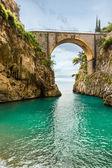 Nádherná pláž pod mostem