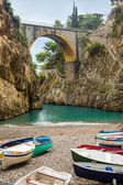 úžasně krásná pláž pod mostem