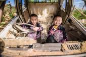 Neidentifikovaný tradičně oblečený Hmong kopec pokolení dětí
