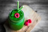 Frischen grünen Smoothie auf rustikale Holz-Hintergrund