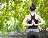 Mladá žena, která dělá cvičení jógy