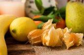 Angrešt na jutové tkaniny s jinými plody v pozadí