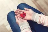 Srdce s mužské stopa v ženské dlaně