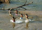 Asiatische Kinder Bad am vietnamesischen river