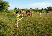 Asijské dítě hrát fotbal, tělesná výchova