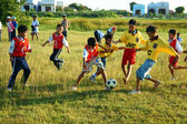 Asiatische Kinder spielen Fußball, Sportunterricht