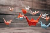 Barevné origami papírové jeřáby