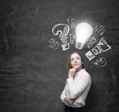 Schöne Business-Frau ist über Optimierungsmaßnahmen für Unternehmen zu denken. drehte Glühbirne und Frage und Ausrufezeichen