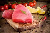 Nyers tonhal filé kapros, a citrom és a cseresznye paradicsom