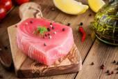 Rohen Thunfisch Filet mit Dill, Zitrone und Pfeffer